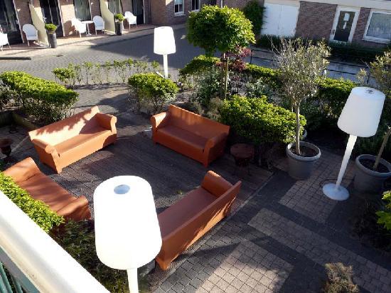 Hotel Bommelje: Zitje binnenplaats