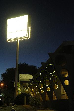 The Atomic Inn: extérieur