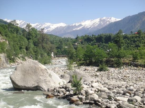 Citrus Manali Resorts: The river & mountain view from the balconey