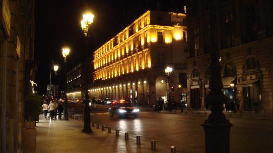 Hotel Lotti Paris: vista nocturna edificio hotel