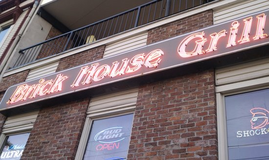 Brick House Grill: Outside in the back