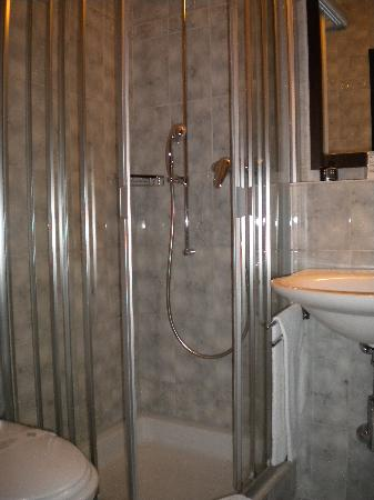 Boutique Hotel Weisses Kreuz: the clean bathroom with a lovely shower