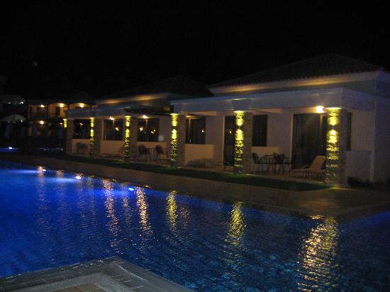 La Marquise Luxury Resort Complex: Les chambres au bord de la piscine !