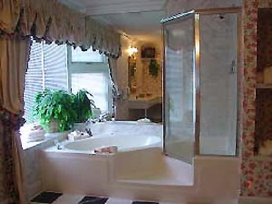 Mountain Brook Suites: Luxury bath with jetted Jacuzzi tub and seperate shower