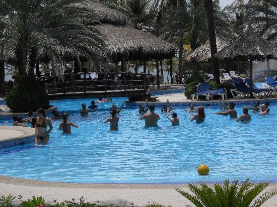Isla Caribe Beach Hotel: Aqua Aerobics session in progress