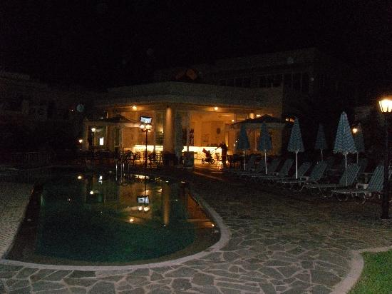 Kastalia Village & Saint Nikolas Hotel : Pool am Abend