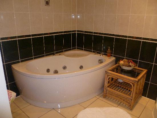 Old Stables B&B: Jacuzzi Bath