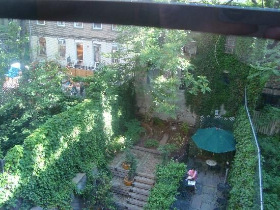 Chelsea Pines Inn: view of the garden from our room