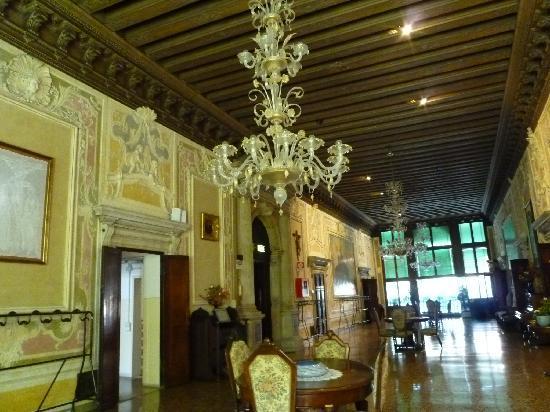 Istituto San Giuseppe : salone del 2° piano ( Portego )