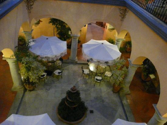 Hostal de la Noria: hall con mesas de restaurant-desayunador