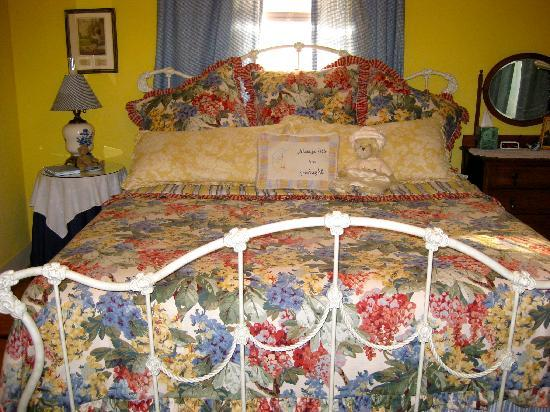 Corner Cottage B&B: Our Comfy Bed