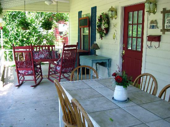 Corner Cottage B&B: Front Porch Sitting
