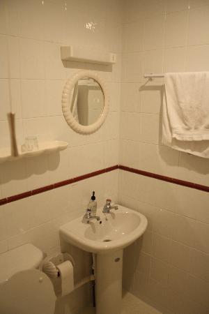 Maison Dieu Guest House: Baño
