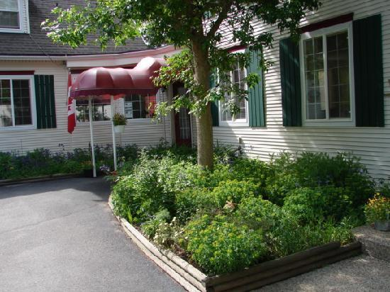 The Inn at the Ninth Hole 5 star Bed & Breakfast: Front garden in June
