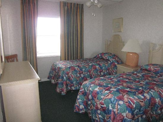 Discovery Beach Resort: 2nd bedroom with two twin beds