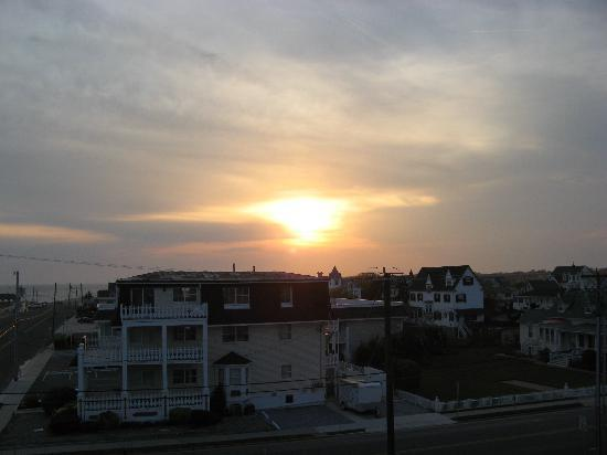 Sea Crest Motor Inn: sunset over Cape May from our balcony