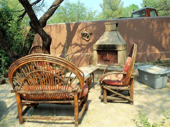 Tubac Country Inn: Outdoor sitting area with fireplace