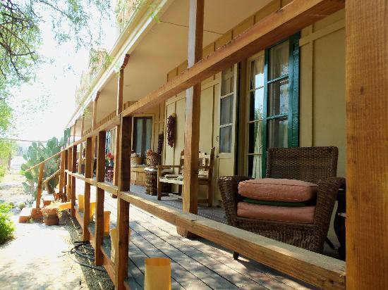 Tubac Country Inn: Porch with wicker seats