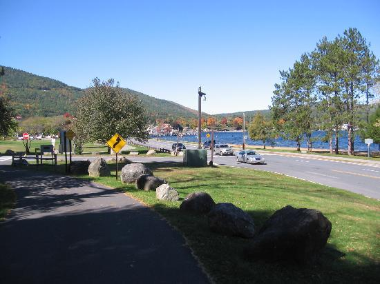Wingate by Wyndham Lake George: The lake at the end of the bike path