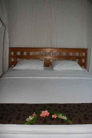 Lembongan Cliff Villas: Welcome flowers on the bed