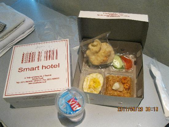 Smart Hotel: Breakfast in a box -- would come differently everyday but still in a box (Photos by: Ricoy)