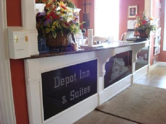 Depot Inn & Suites: Front desk