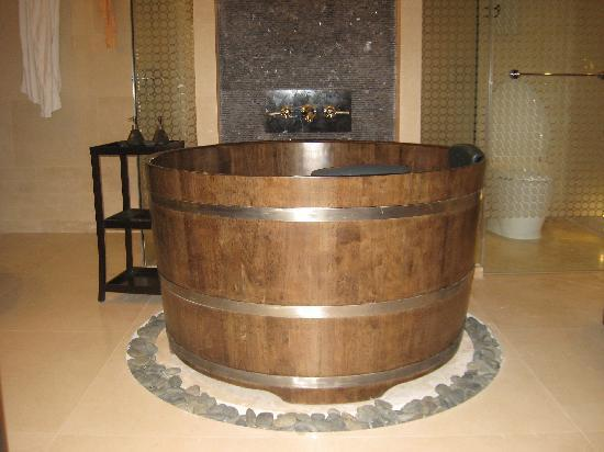 Banyan Tree Macau: wooden bathtub