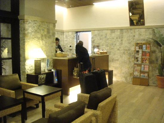 Arietta Hotel Osaka: Nice cozy lobby; friendly staff