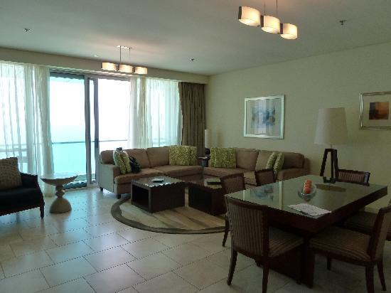 JA Oasis Beach Tower: Lounge and dining