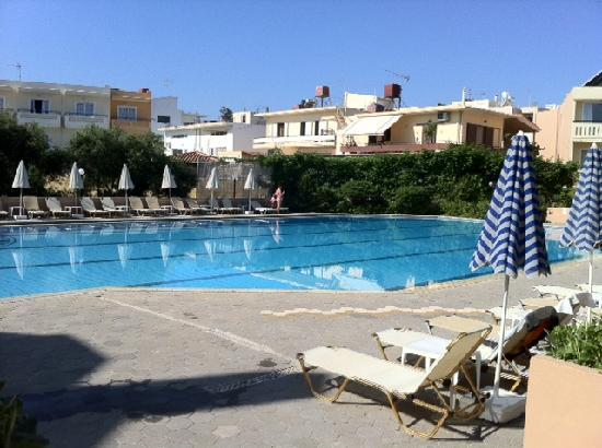 Agia Marina, Greece: Poolen vid hotellet