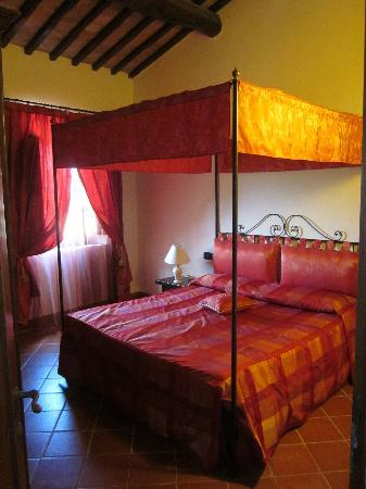 Camera da letto con baldacchino trilocale 4/6 - Foto di Podere La ...