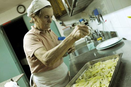 Agriturismo La Fonte : Nonna Anna beim Kochen
