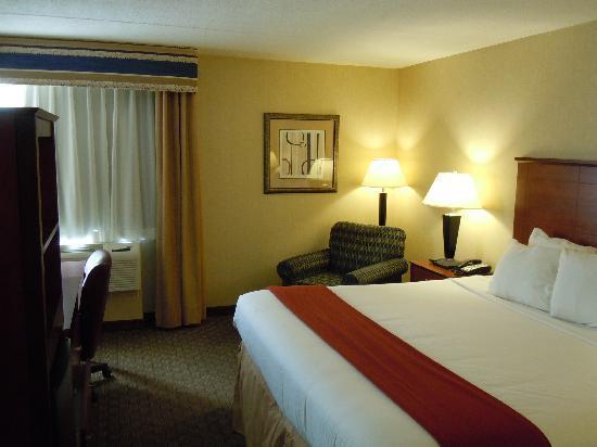 Holiday Inn Express Ramsey-Mahwah: ベッドがとても大きい客室です。