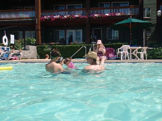 Lakeside Lodge and Suites: Down at the pool