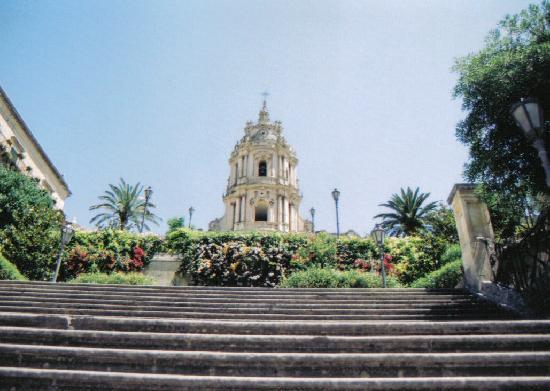 Modica, Ιταλία: Il Duomo dalla seconda rampa di scale