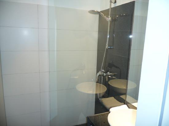 "Motel One Hamburg Airport: The washbasin ""artfully reflected in the glass protecting the shower!"