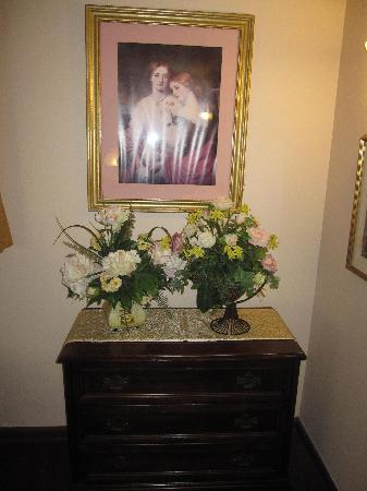 Marquis De Lafayette Hotel: Bad Victorian furnishings with dusty fake flowers