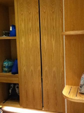 Mayo Inn: spacious cabinets