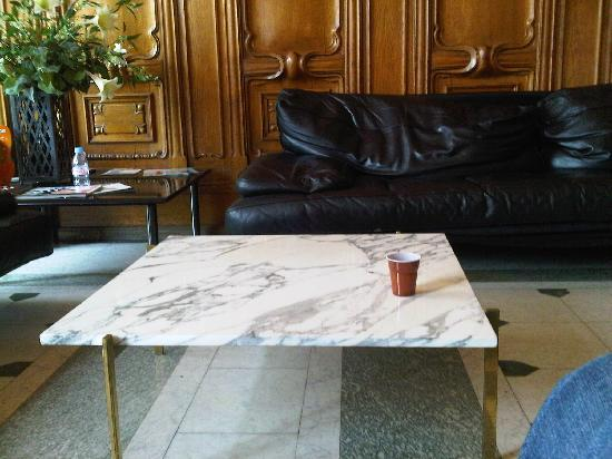 Mercure Lyon Centre Chateau Perrache: Dirty tables and worn furniture in the lobby
