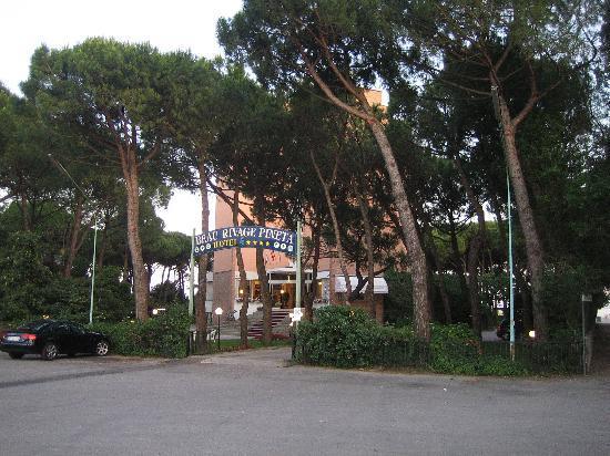 Hotel Beau Rivage Pineta: Hotel von vorne - Einfahrt