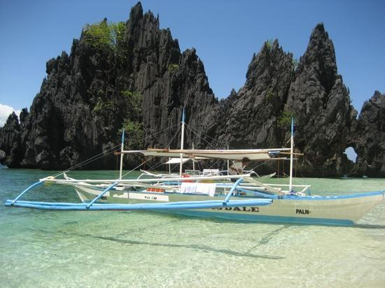 El Nido, Filipinas: take a boat tour out to the islands off the big island