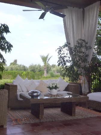 Riad Al Mendili Kasbah: Salon extérieur