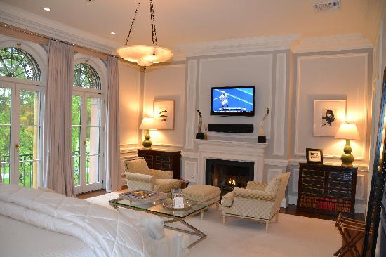 Chester, Estado de Nueva York: flat screen tv and fireplace in bedrooms