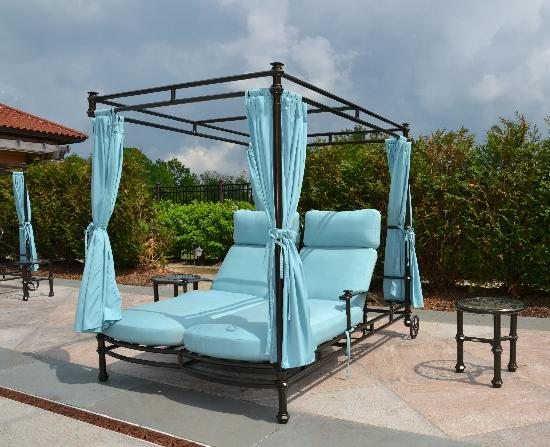 Glenmere Mansion: double chaises by the pool to relax on
