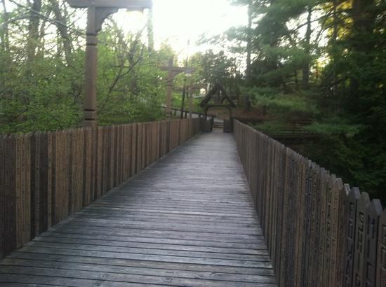 Lake Pleasant, แมสซาชูเซตส์: bridge of names