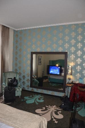 La Prima Fashion Hotel: TV / Mirror