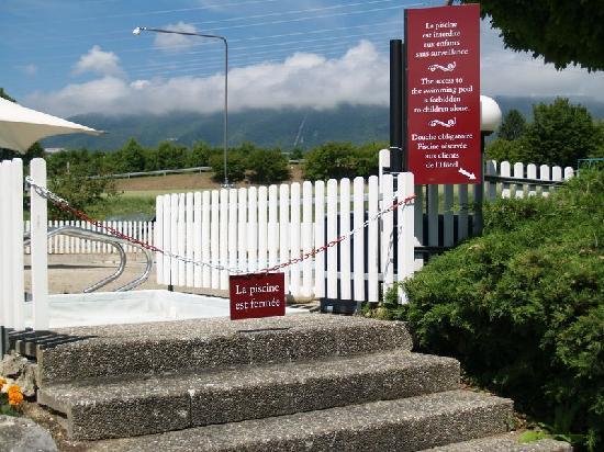 ibis 3 Lacs Neuchatel: Photo de l'entrée de la piscine dimanche matin 5 juin 2011