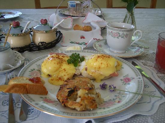 Les Lavandes Bed and Breakfast: Egg's Benedict by Richard