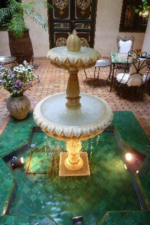 Riad Bamaga Hotel: fontein in Patio