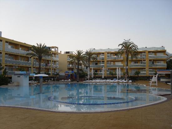 Terralta Apartamentos Turisticos: pool area evening